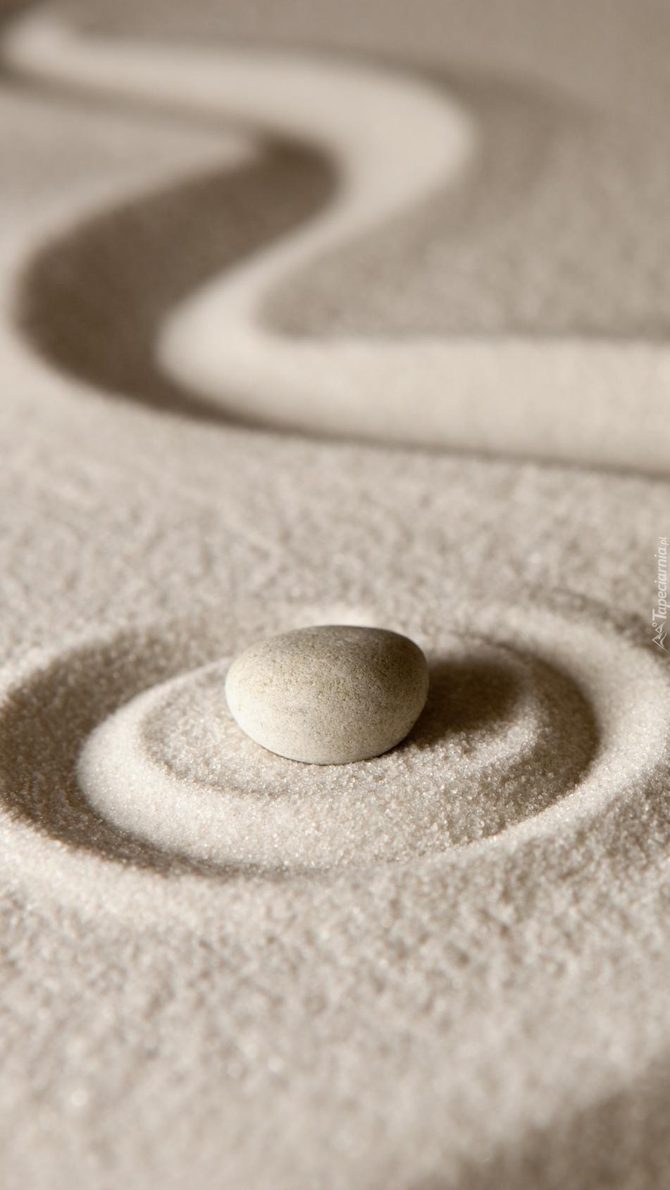 Kamień i wzory na piasku
