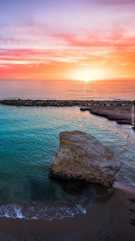 Kamień nad brzegiem morza