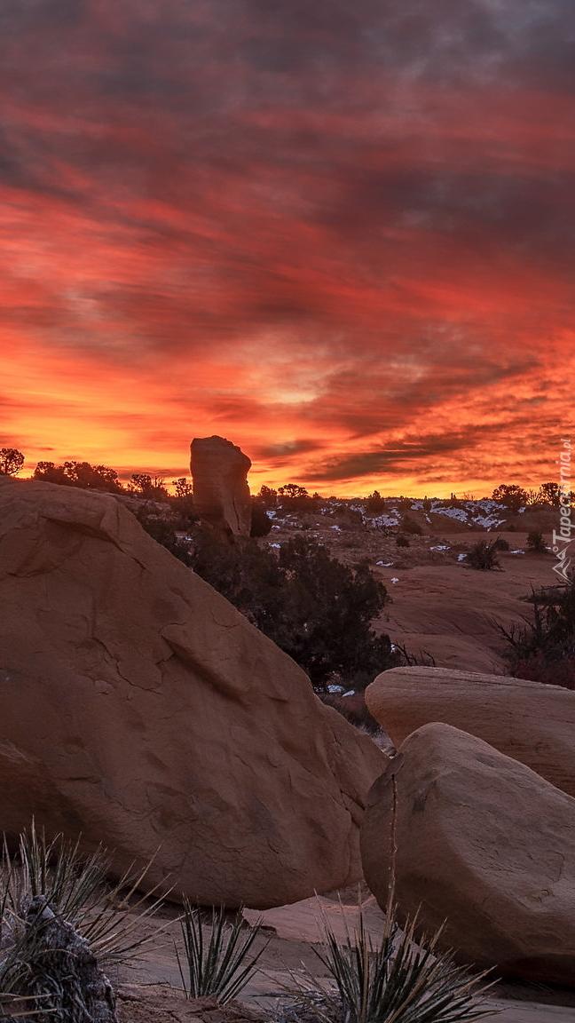 Kamienie i głazy pod kolorowym niebem