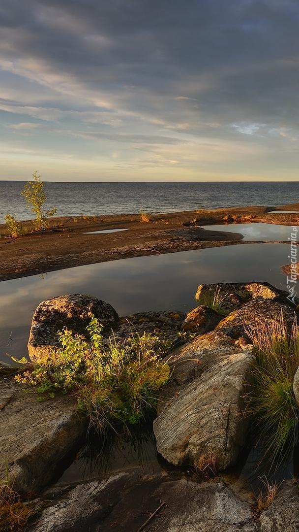 Kamienie i skały na brzegu jeziora