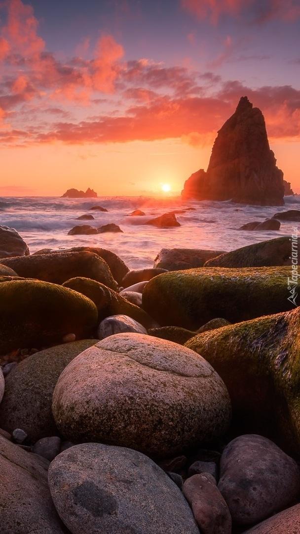 Kamienie i skały w morzu
