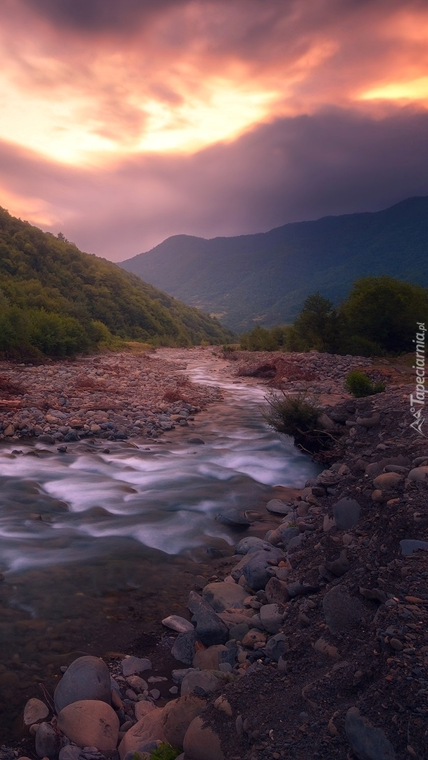 Kamienie na brzegu górskiej rzeki