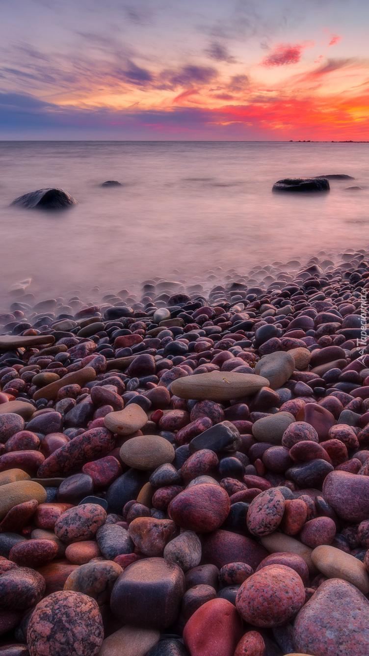 Kamienie na brzegu morza