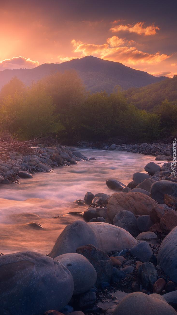 Kamienie na brzegu rzeki