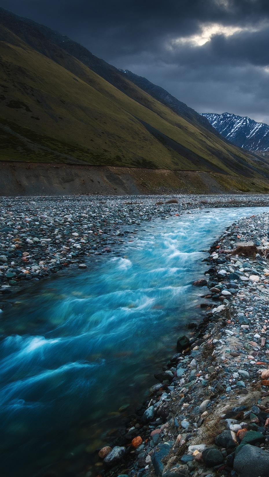 Kamienie po obu stronach rzeki