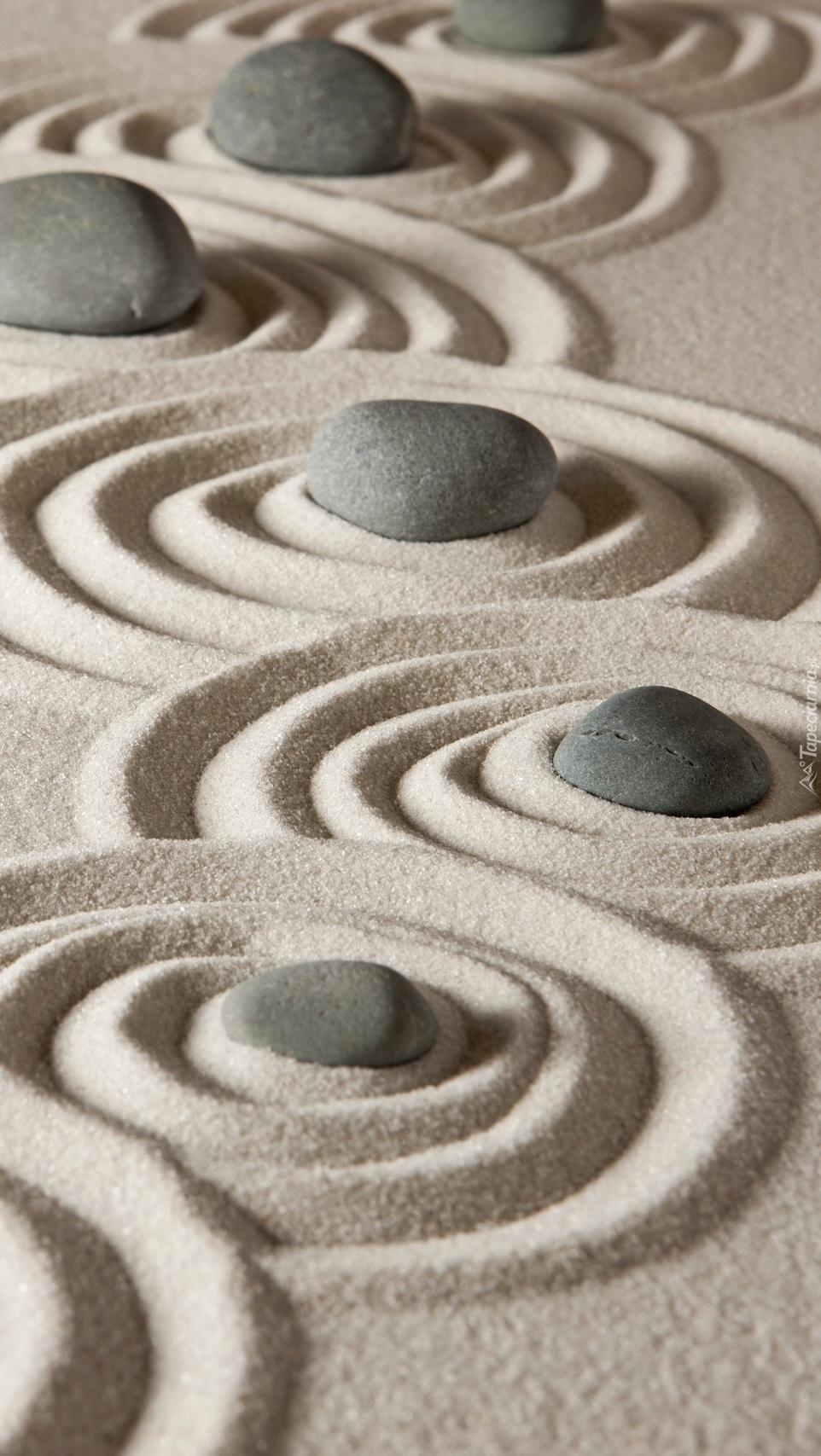 Kamienie w piaskowych okręgach
