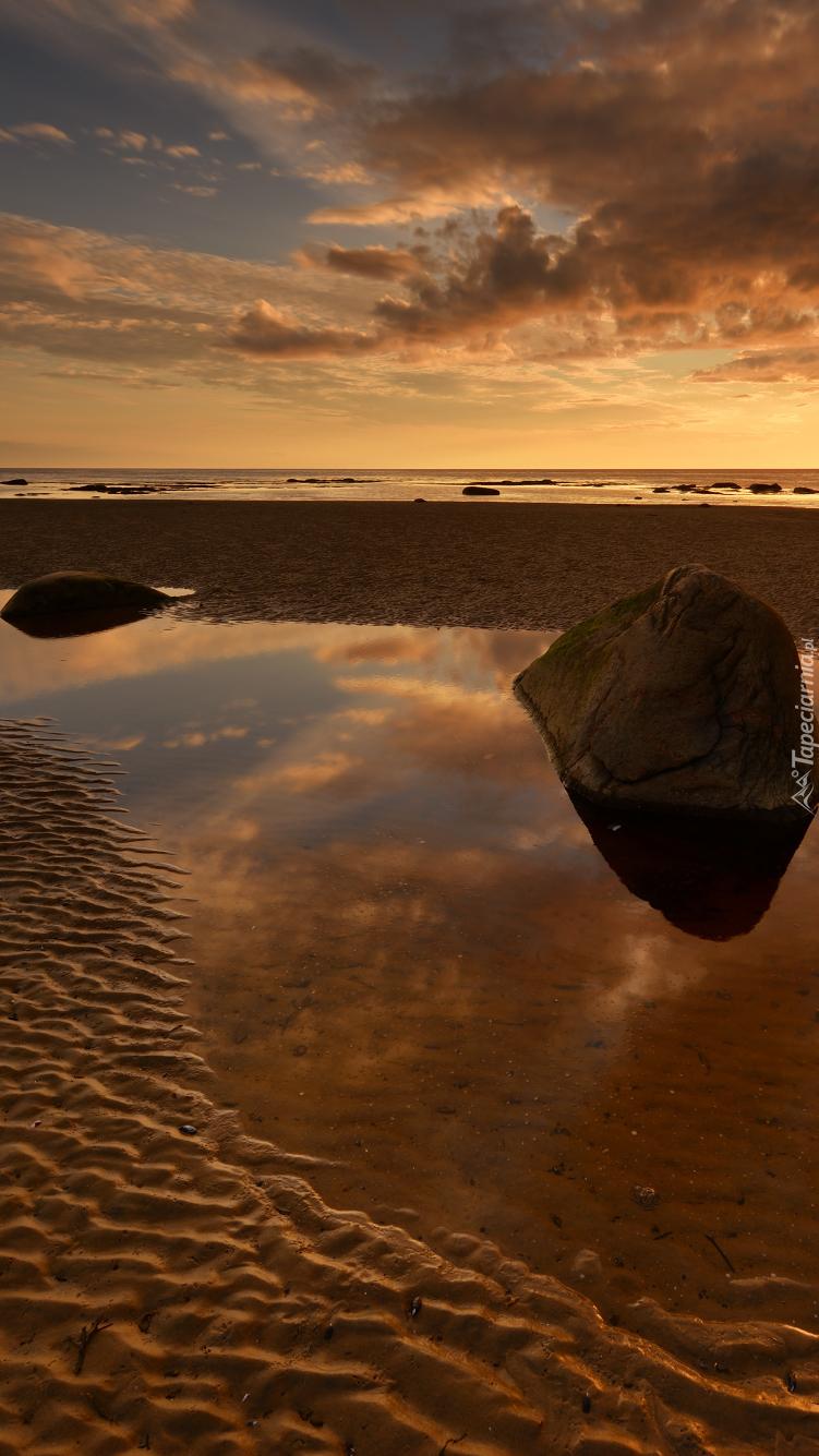 Kamienie w wodzie przy plaży