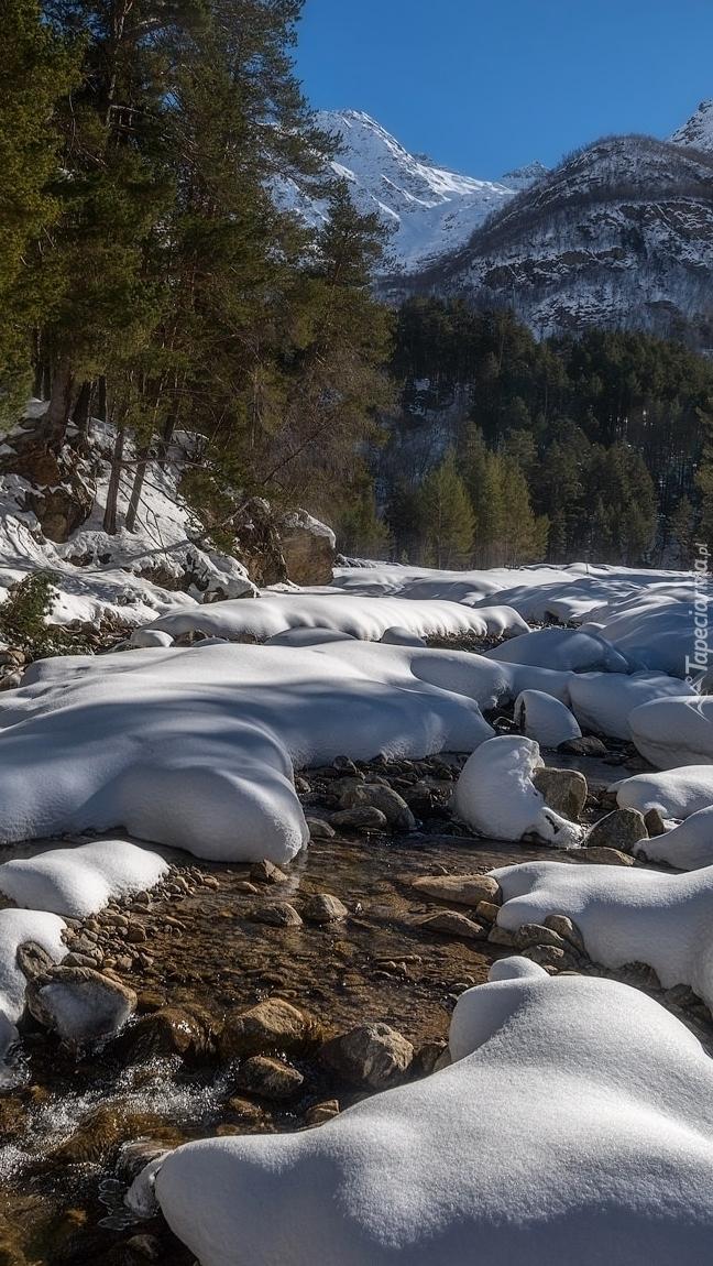 Kamienie w zaśnieżonej rzece