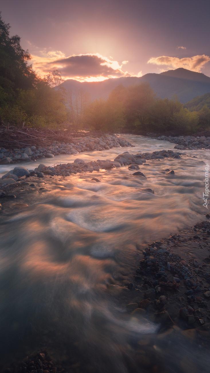 Kamienie wzdłuż rzeki