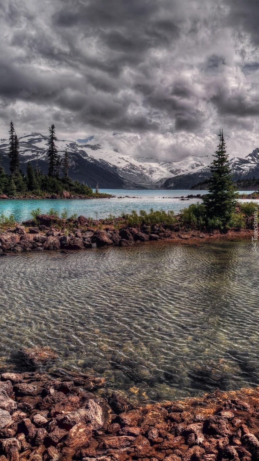 Kamienista rzeka w górach