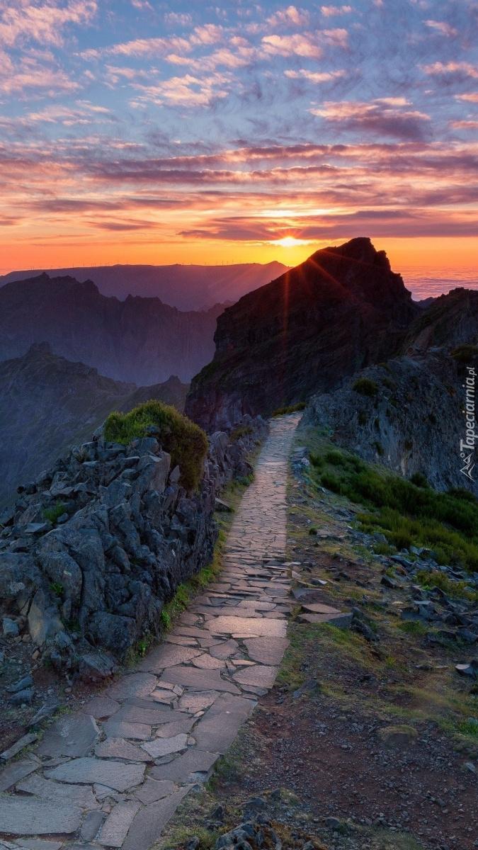 Kamienista ścieżka w górach