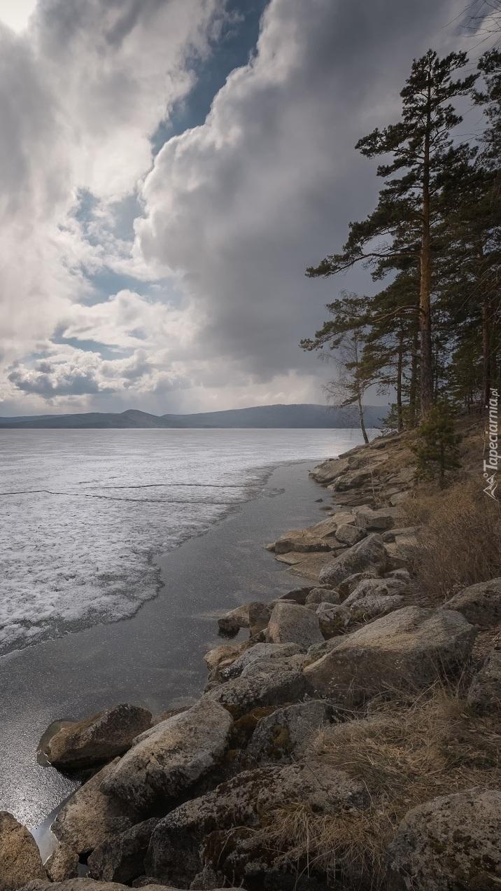 Kamienisty brzeg jeziora Turgoyak