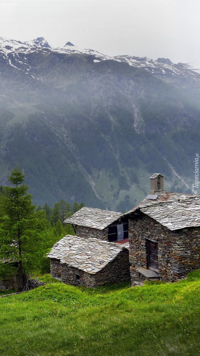 Kamienne domy na tle gór