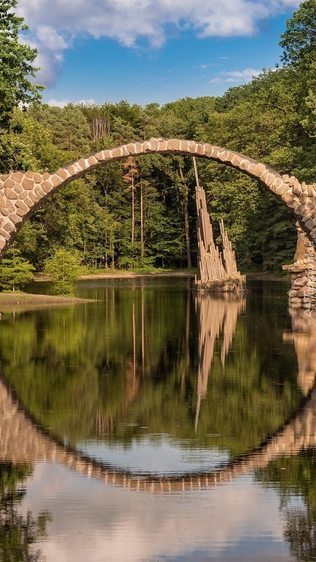 Kamienny most łukowy na jeziorze Rakotz