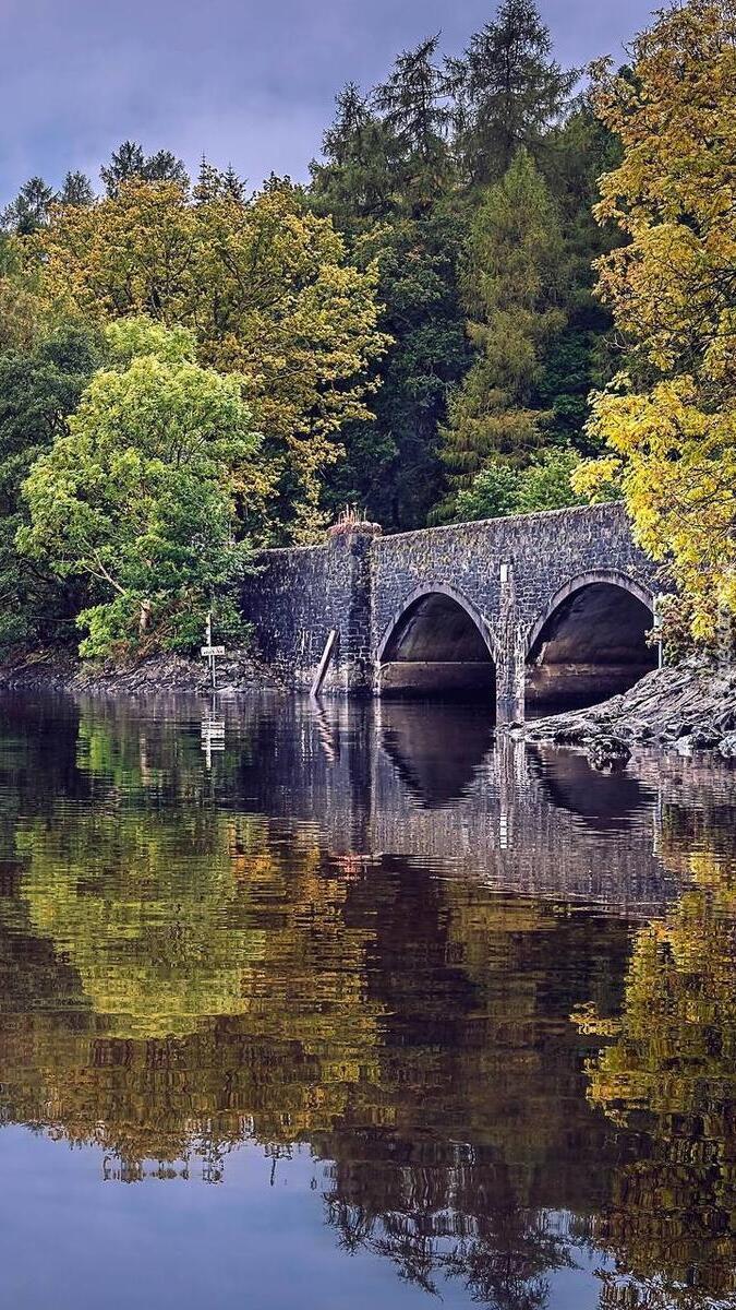 Kamienny most nad jeziorem