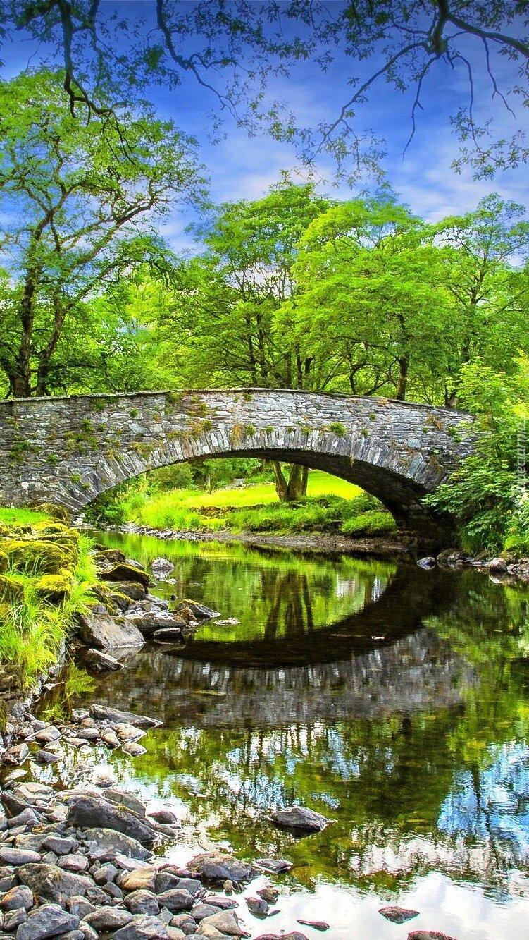 Kamienny most nad rzeką