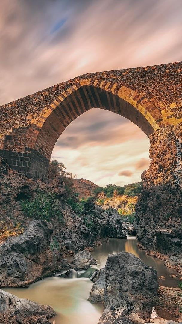 Kamienny most nad rzeką Simeto
