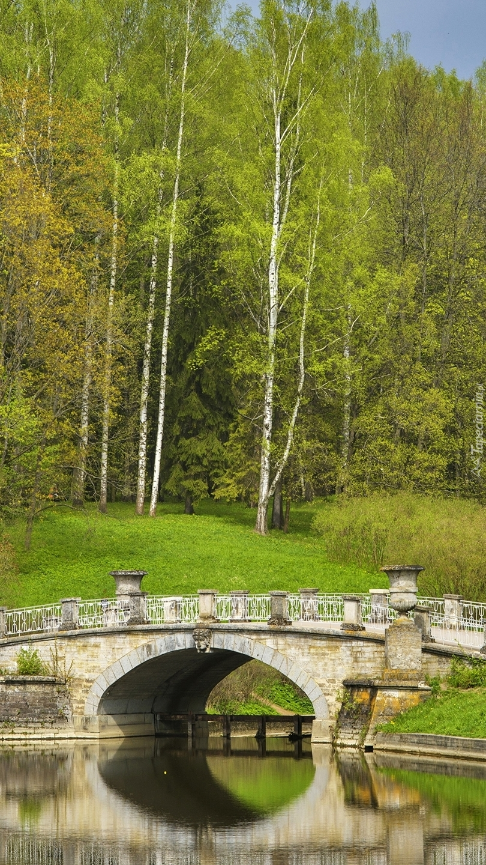 Kamienny most nad rzeką Sławianka