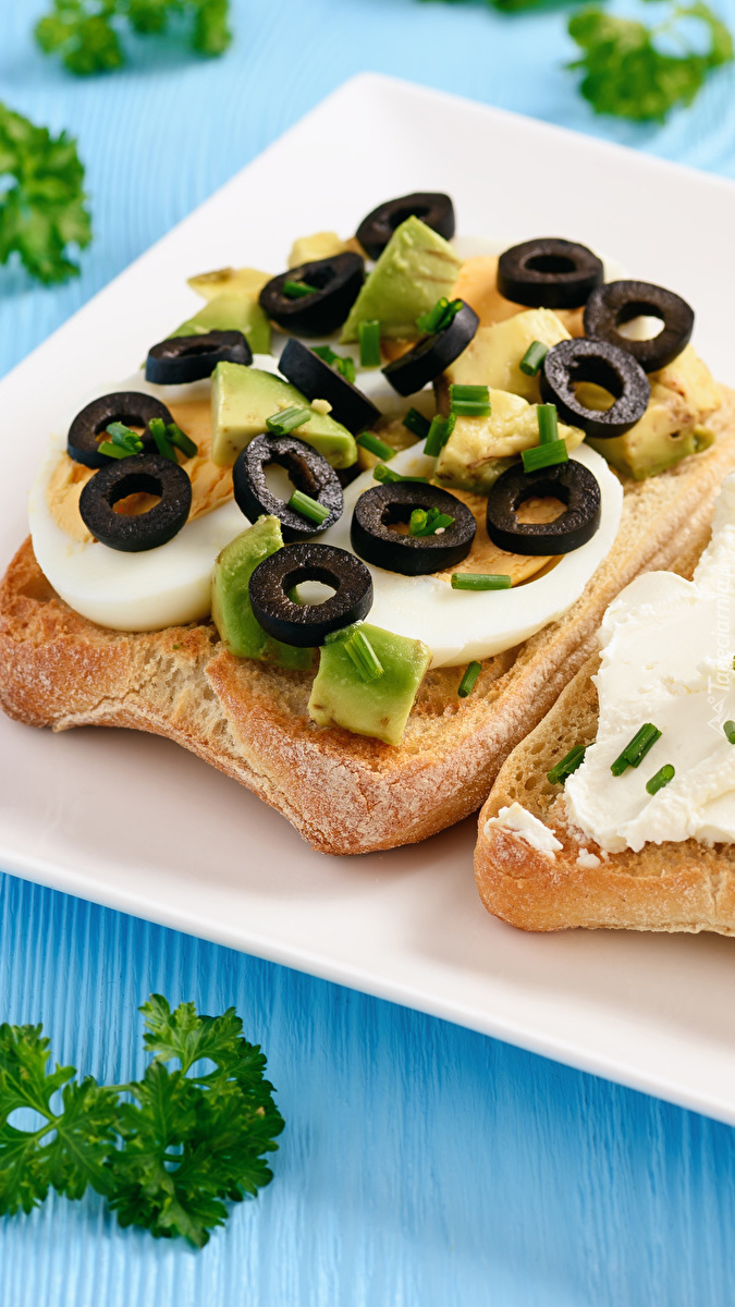 Kanapka z jajkiem i oliwkami