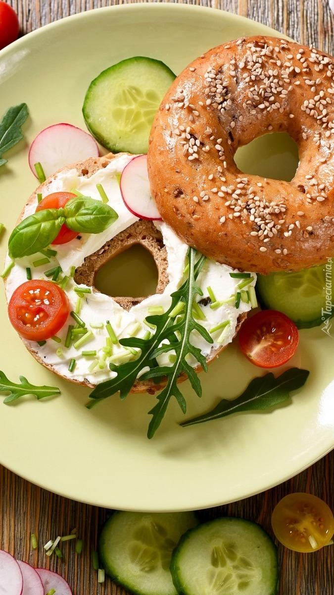 Kanapka z twarożkiem i warzywami na talerzu