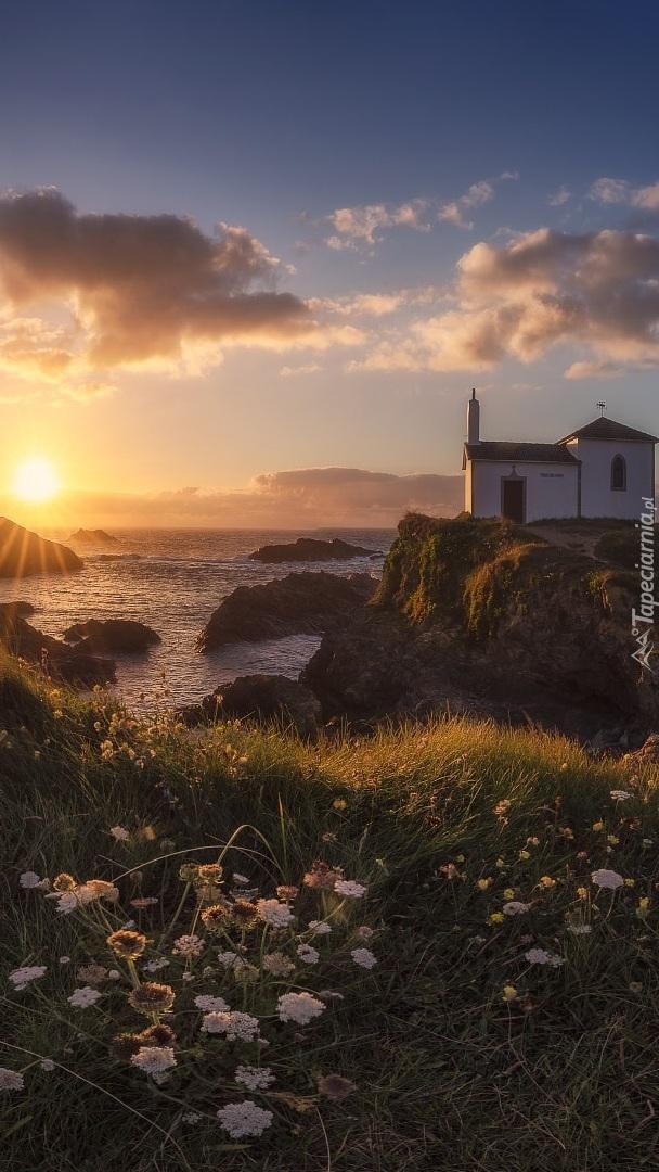 Kapliczka na skale nad morzem