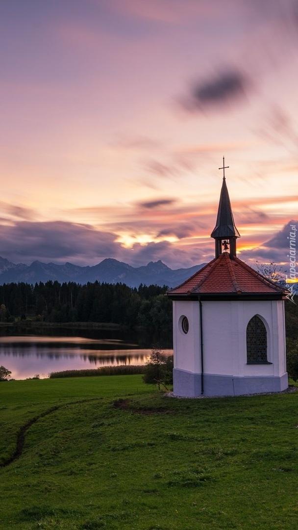 Kapliczka nad jeziorem