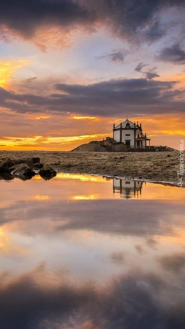 Kapliczka w Portugalii nad morzem w Miramar