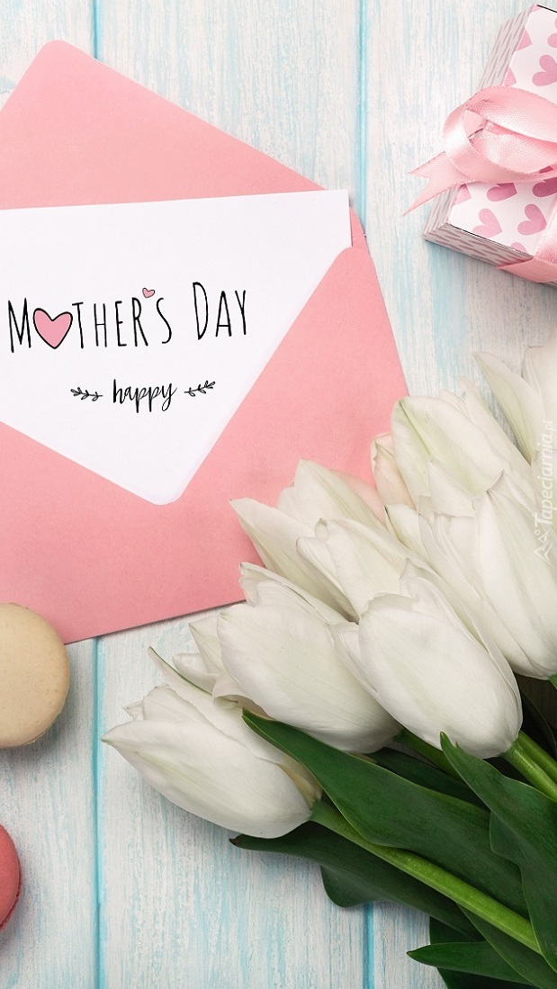 Kartka z życzeniami na Dzień Matki obok tulipanów