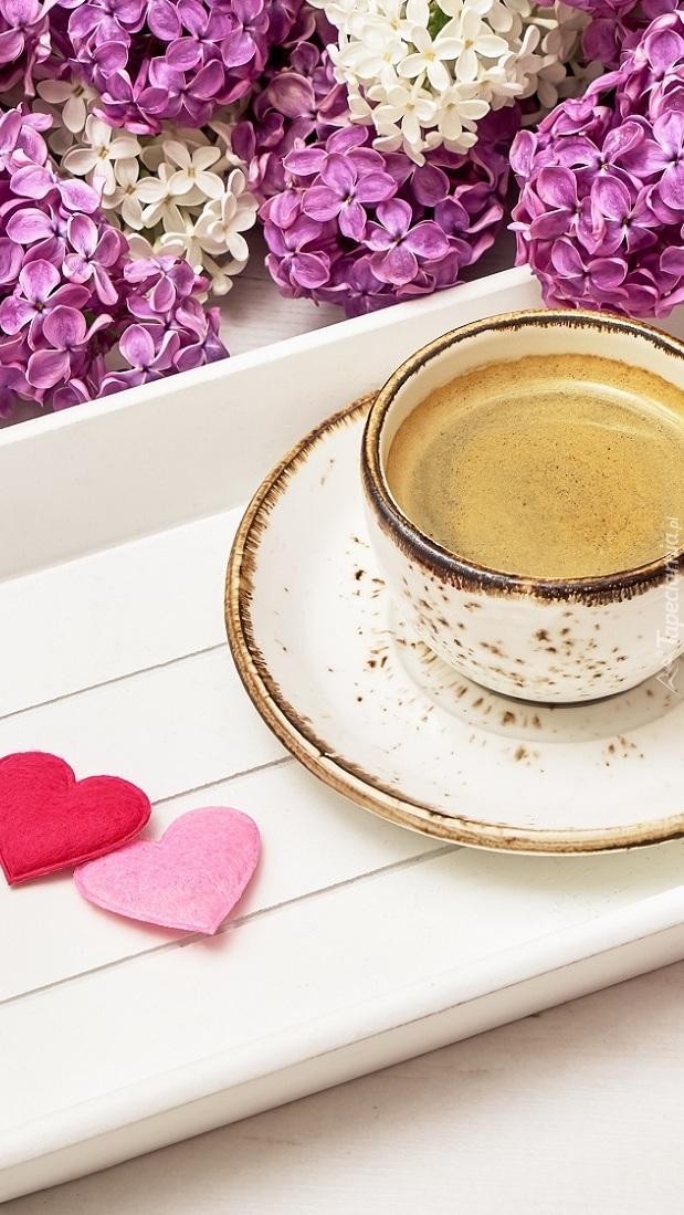 Kawa na tacy z serduszkami obok bzu