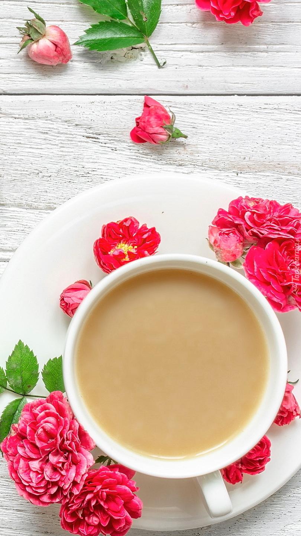 Kawa w filiżance obok kwiatów