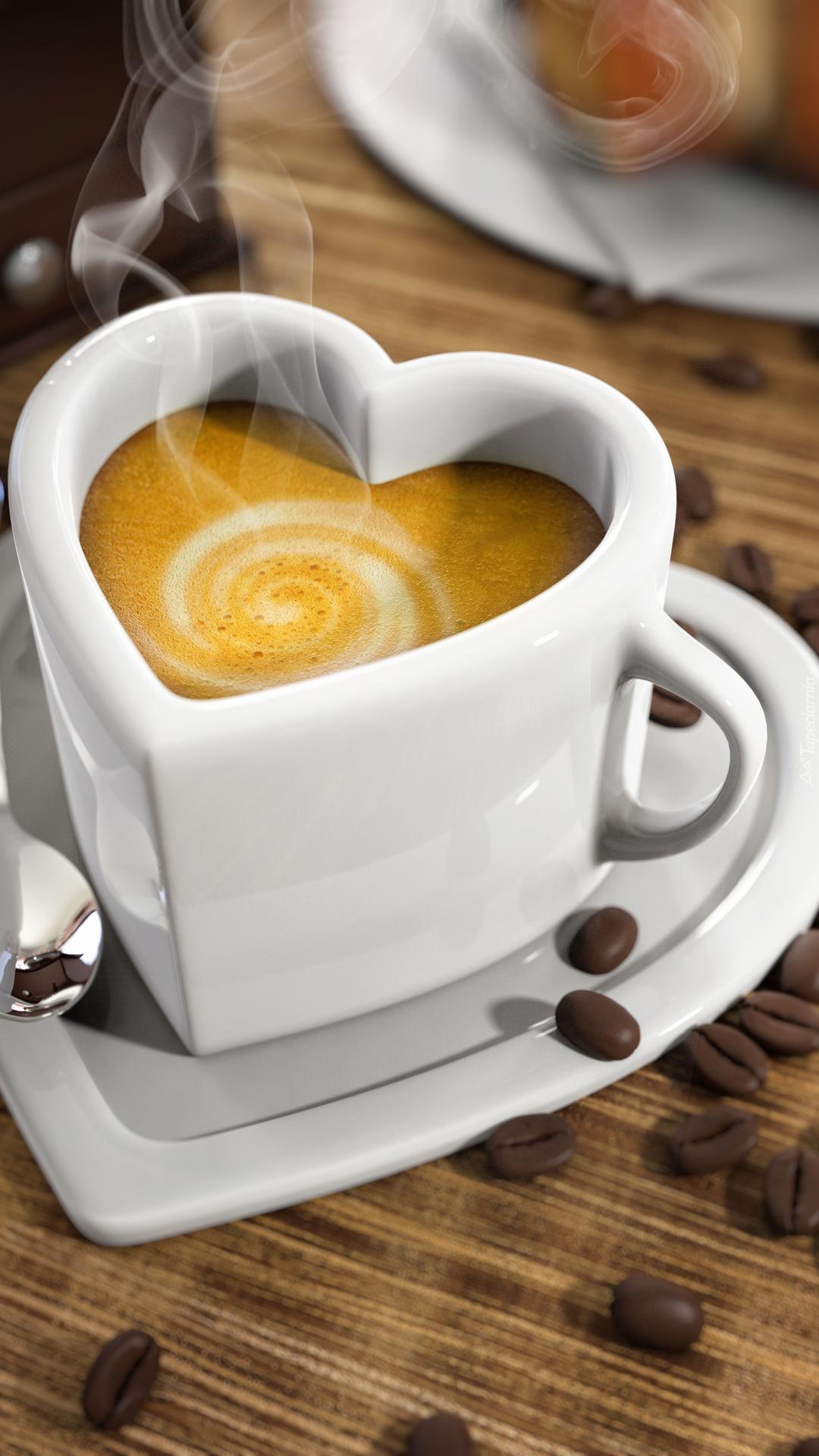 Kawa w filiżance w kształcie serca