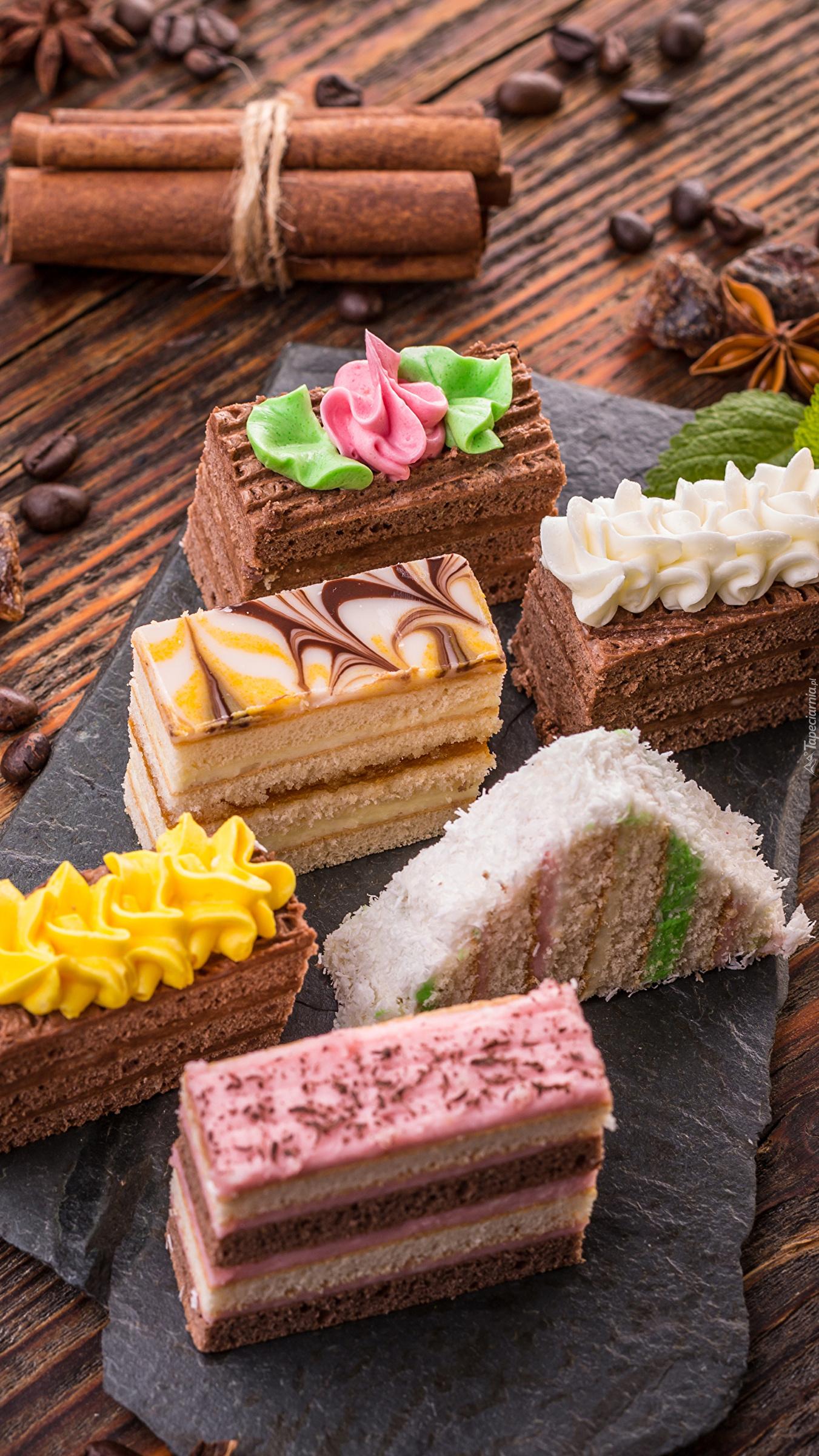 Kawałki ciasta tortowego