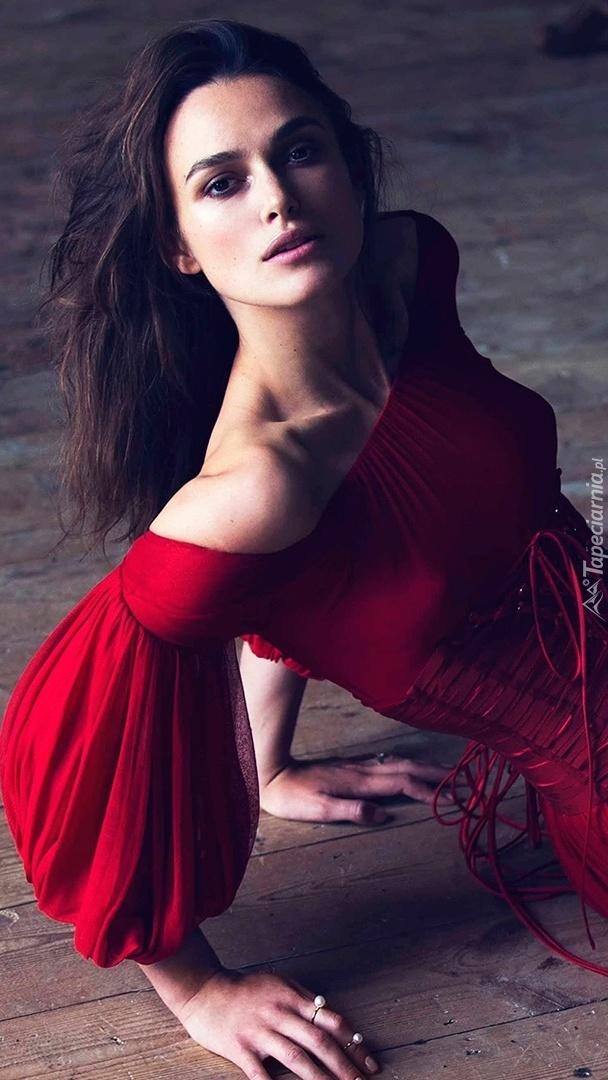 Keira Knightley w czerwonej sukni na podłodze