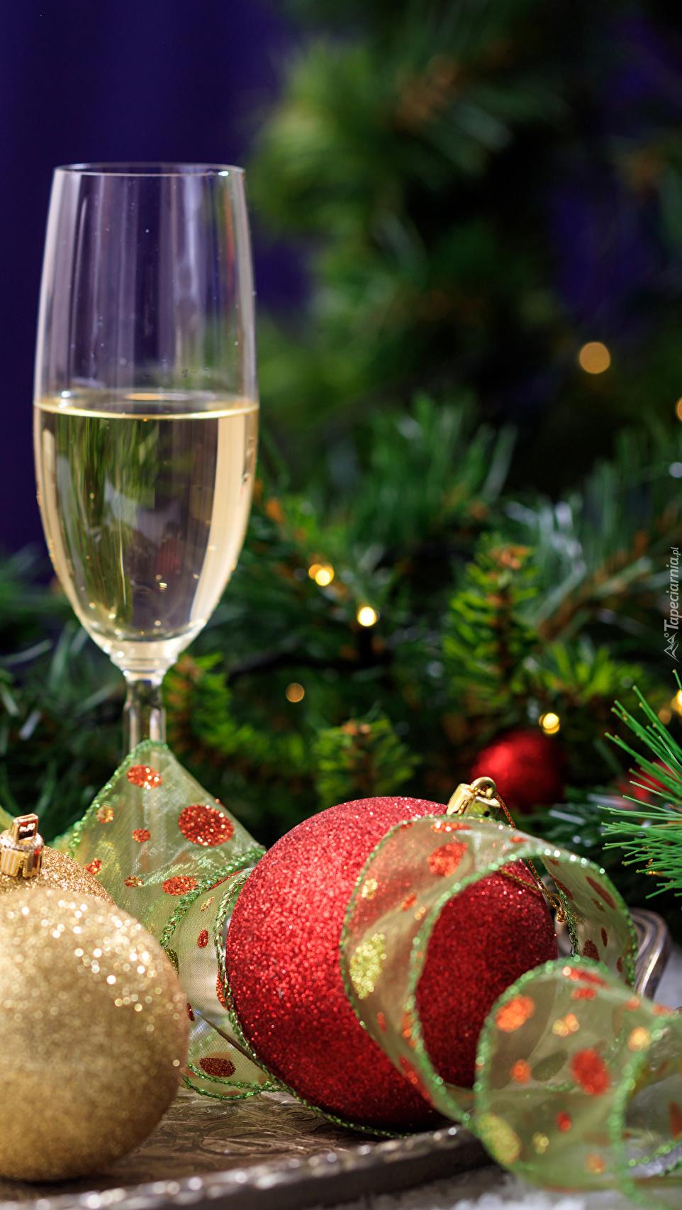 Kieliszek szampana obok bombek