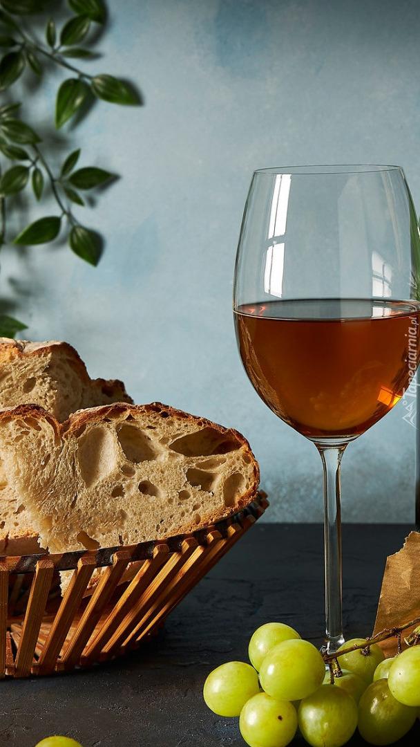 Kieliszek wina obok chleba w koszyku