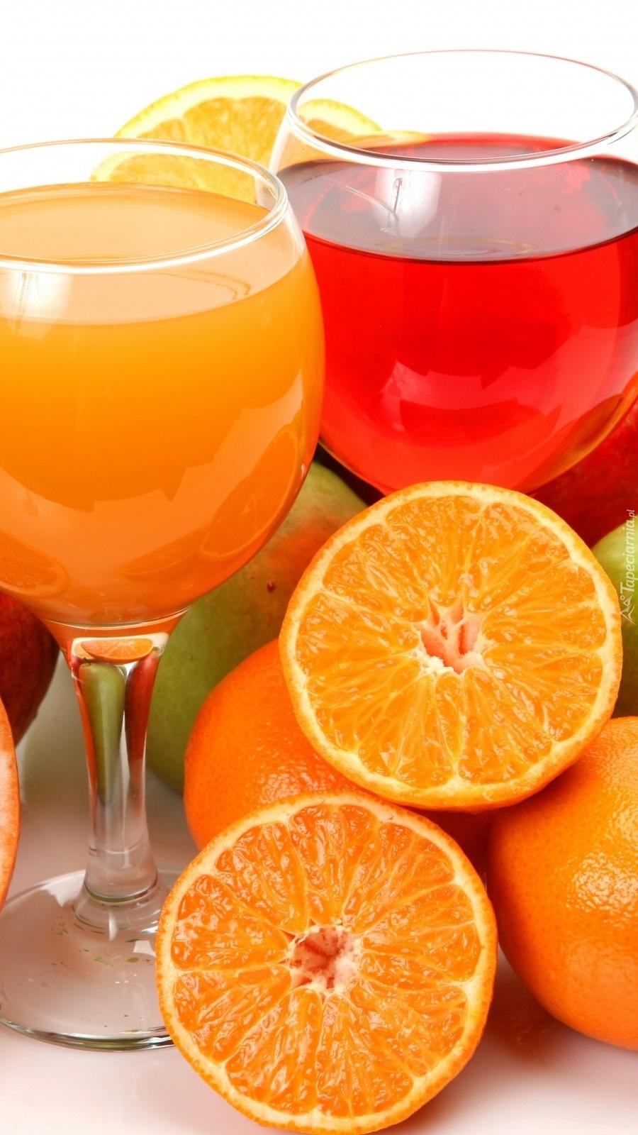 Kieliszki z sokami i owoce
