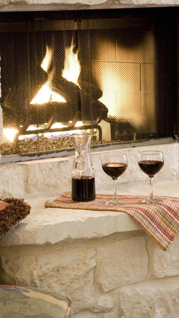 Kieliszki z winem przy kominku