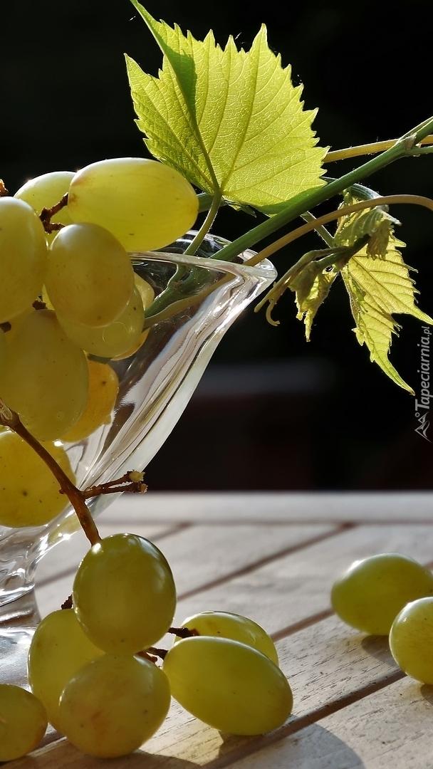 Kiście winogron z liśćmi