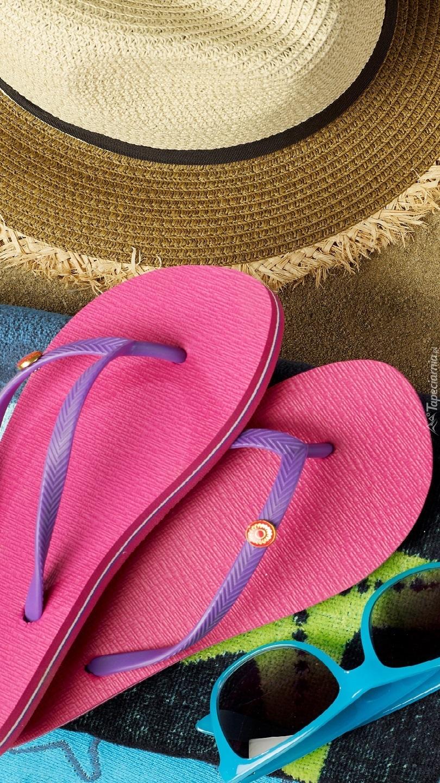 Klapki okulary i kapelusz na lato