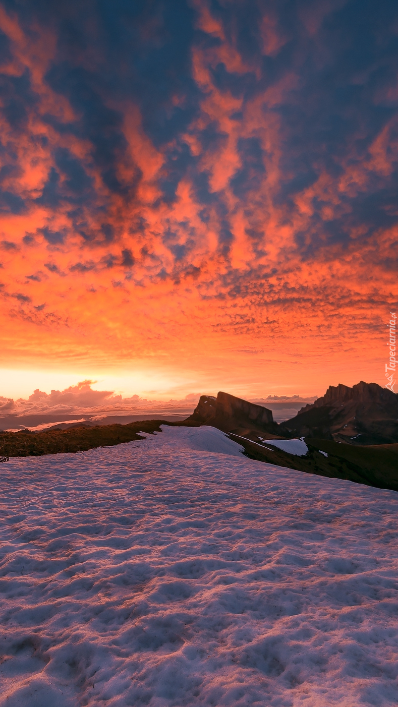 Kłębiaste chmury nad szczytami gór