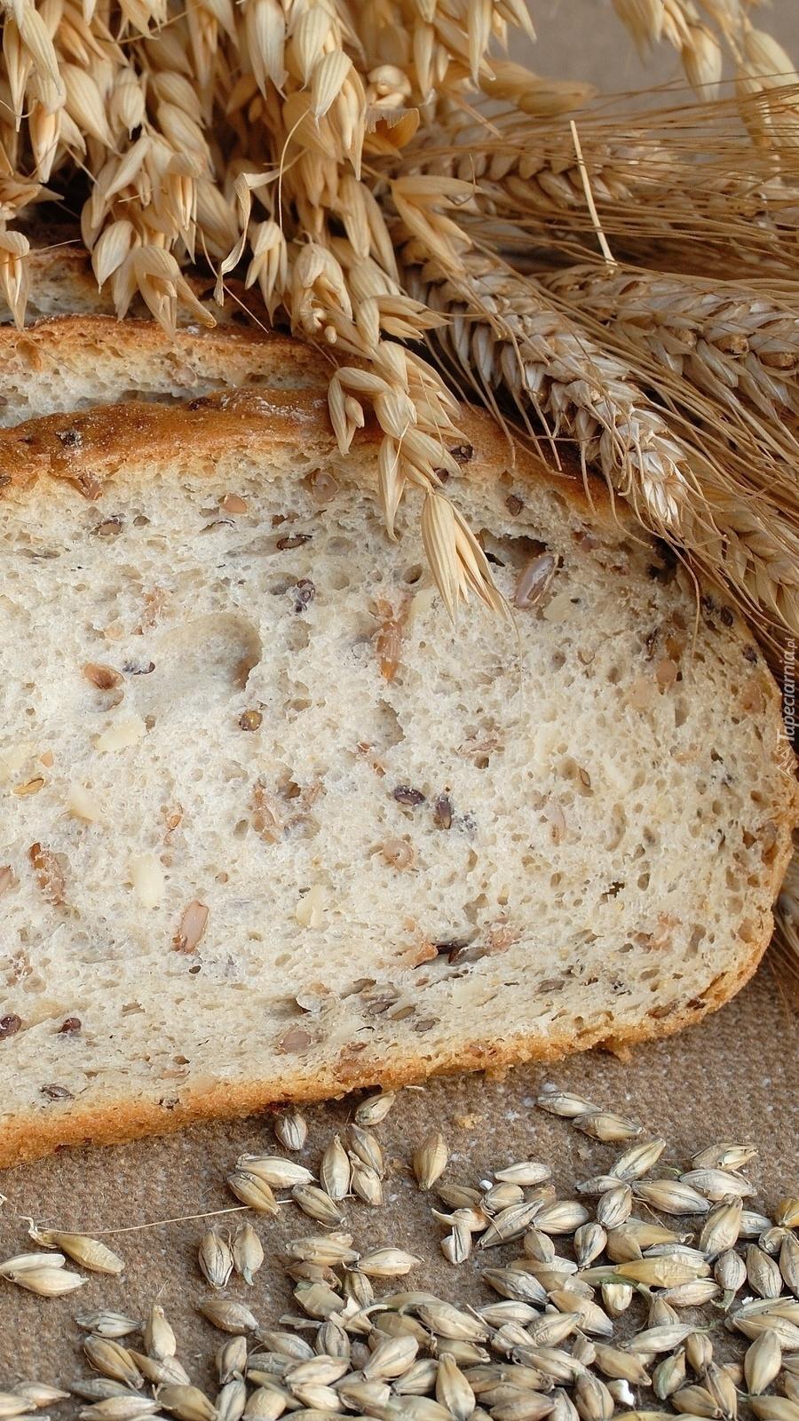 Kłosy zbóż i kromki chleba