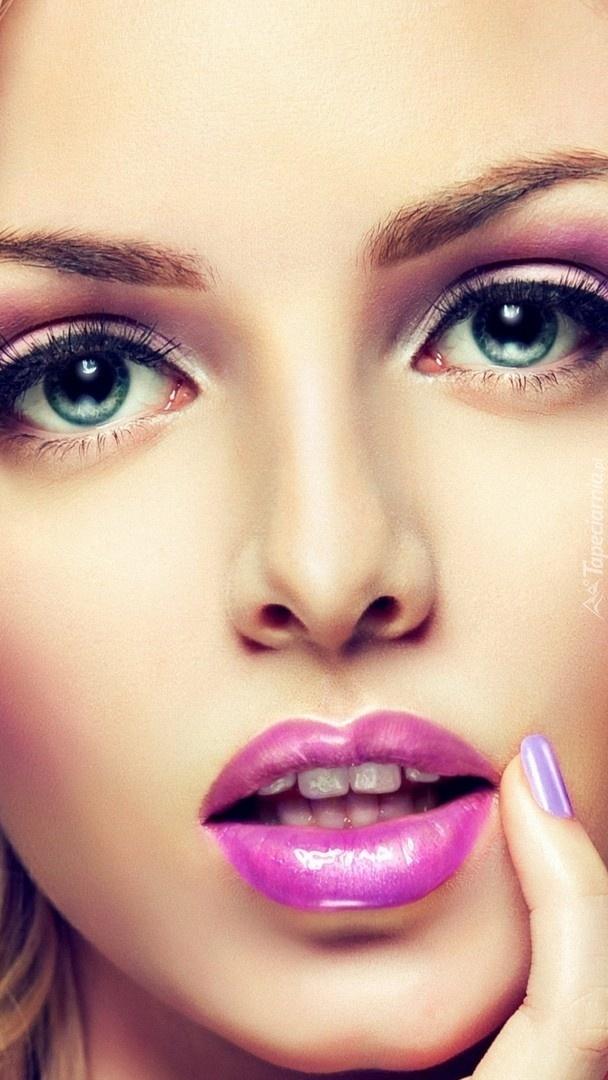 Kobieca twarz w makijażu z bliska