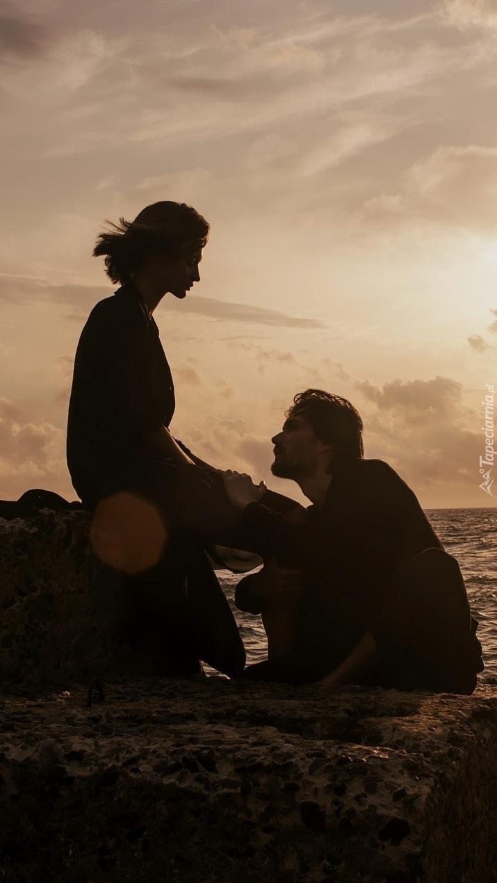 Kobieta i mężczyzna na skale