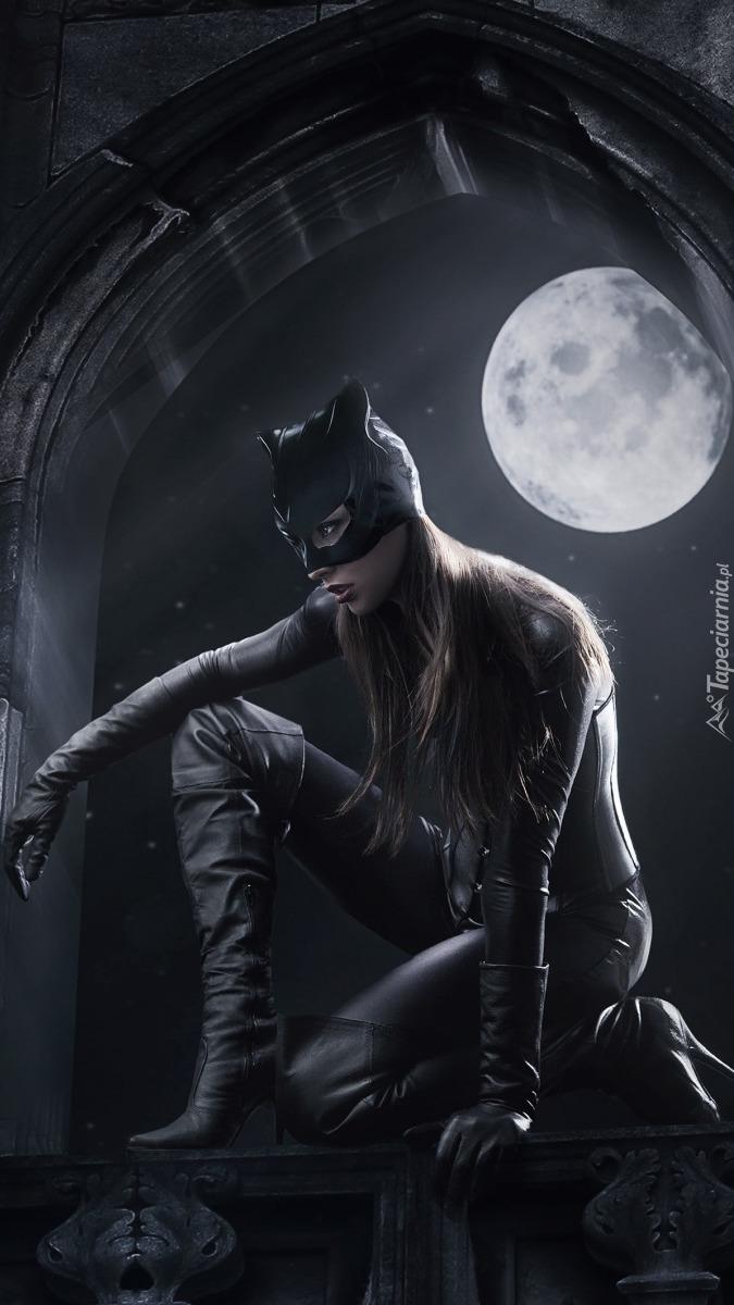 Kobieta-Kot nocą podczas pełni księżyca
