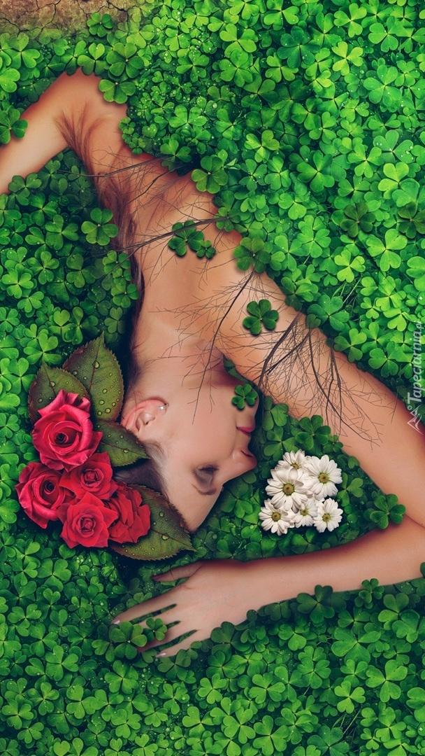 Kobieta leżąca w koniczynie