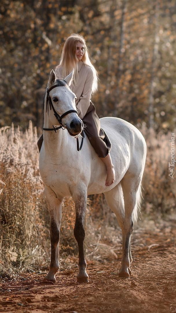 Kobieta na białym koniu