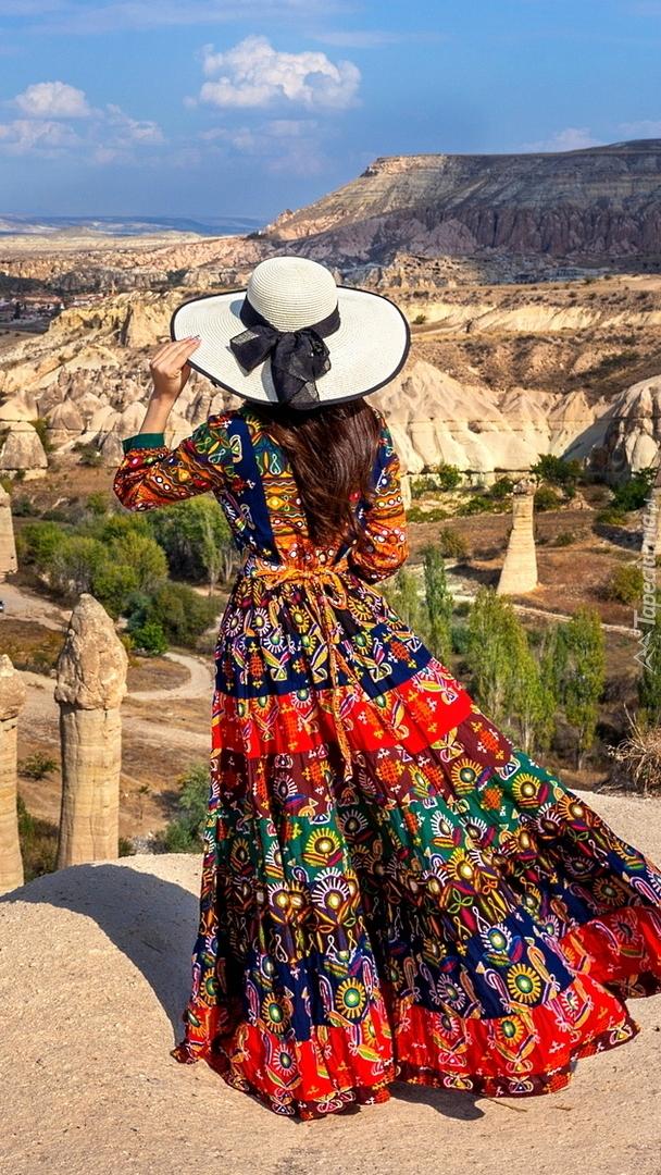 Kobieta na tle doliny w Kapadocji