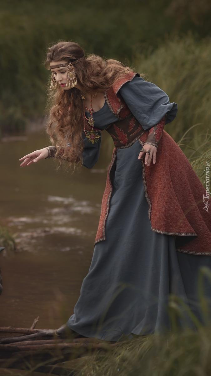 Kobieta nad strumieniem