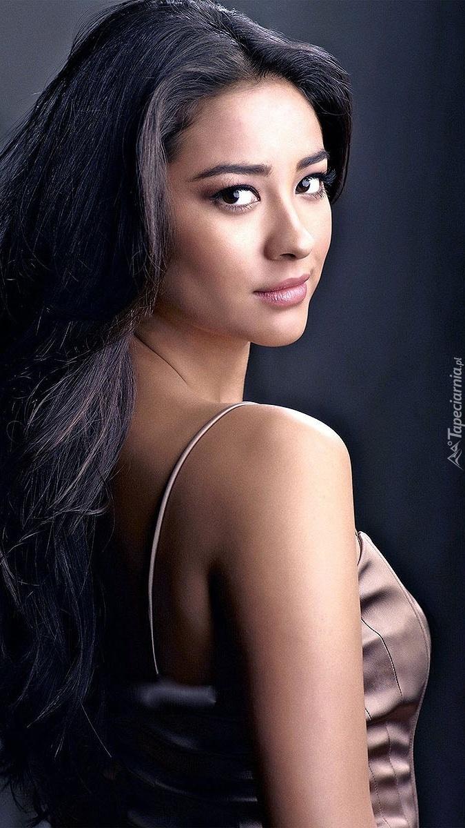 Kobieta o długich czarnych włosach