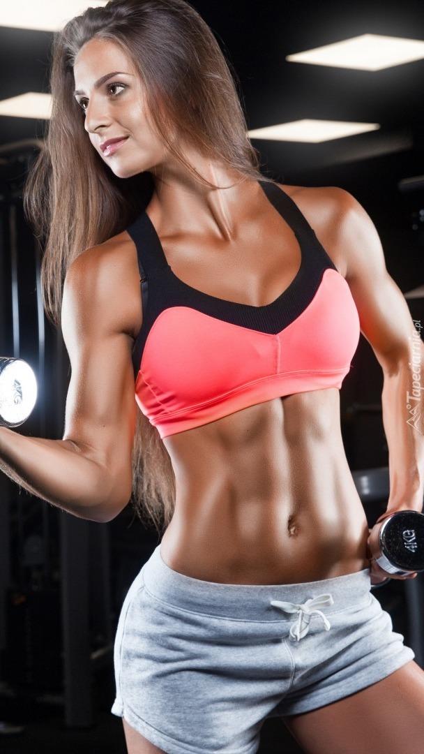 Kobieta podczas treningu na siłowni